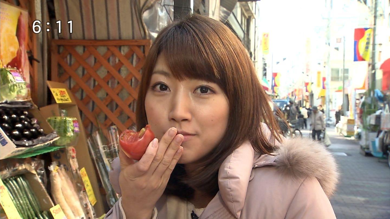トマトをかじった後の三田友梨佳。